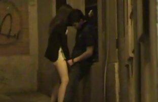 Ein junger Mann sexfilme mit reifen frauen mit der Handfläche sanft