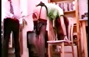 Mädchen sexfilm mit alten frauen ist fast nackt, zu Fuß die Straße hinunter