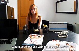 Ein Mädchen in einem kurzen Rock, die intime Beziehung sex filme mit alten damen zu Hause treffen