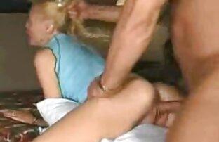 Ein Mann dreht und schikaniert eine sexfilme ü50 Blondine